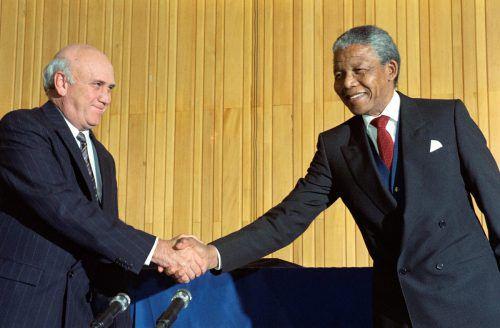 Eine Aufnahme aus dem Jahr 1990: Südafrikas damaliger Präsident de Klerk und der frühere politische Gefangene und Anti-Apartheid-Kämpfer Mandela reichen die Hände. AFP