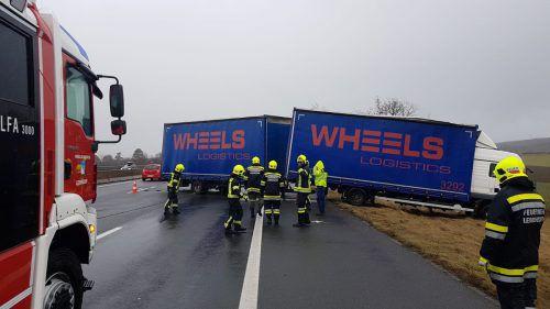 Eine Böe hat auf der Südautobahn einen Lkw mit Anhänger erfasst. APA/BFKDO Baden
