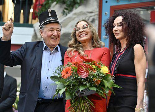 """Eine strahlende Ornella Muti mit Richard Lugner und seiner Ex-Frau """"Mausi"""" bei der Autogrammstunde in der Lugner City. APA"""