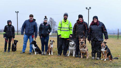Einige der Vereinsmitglieder üben fleißig mit ihren Liebsten am Hundesportplatz in Nofels. VN/Lerch