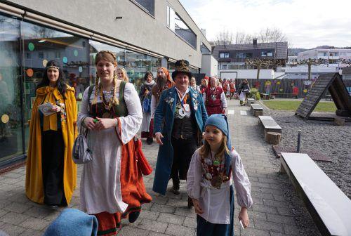 Einmarsch des Prinzenpaares mit Gefolge im Kindergarten Braike.