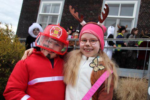 Feuerwehrmann Linus und Rehlein Angelina.