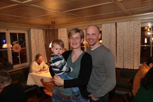 Finn mit seinen Eltern Caroline Merlin und Christof Kofler.