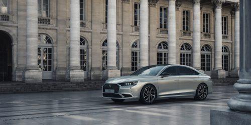 Frankreich hat wieder eine große Limousine: Mit dem DS 9 feiert auf dem Genfer Salon ein Prestigegleiter der Fünf-Meter-Klasse Premiere. Innen gibt es Luxus, unter der Haube Elektrisches. Als Antrieb gibt es zur Markteinführung einen Plug-in-Hybrid mit 225 PS Systemleistung und eine Elektro-Reichweite von 40 bis 50 Kilometern. Angekündigt sind u.a. auch eine 250 PS starke Variante sowie die Topausführung mit 360 PS und Allradantrieb.