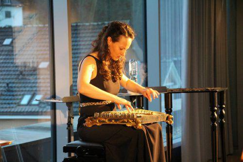 Franziska Fleischanderl spielte beim morgendlichen Ereignis am Salterio. heilmann