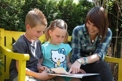 Frau Holle bietet im Montafon eine Ausbildung zum Babysitter. Frau Holle