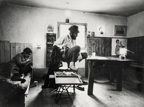 Friedensreich Hundertwasser in seinem Arbeitszimmer mit einem Werk von Egon Schiele im Hintergrund. Leopold Museum/Thumberger, stefan moses
