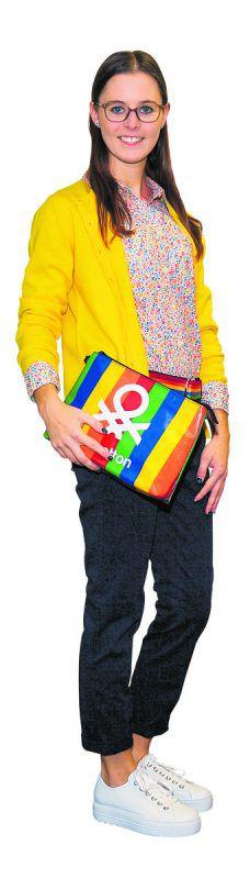 Fröhlich             Natalie in einem farbenfrohen Outfit von Benetton Bludenz: Bluse 29,95 €, Strick-jacke 59,95 €, Jeans 49,95 €, Gürtel 19,95 € und Tasche, 35,95 €.               VN/Lerch