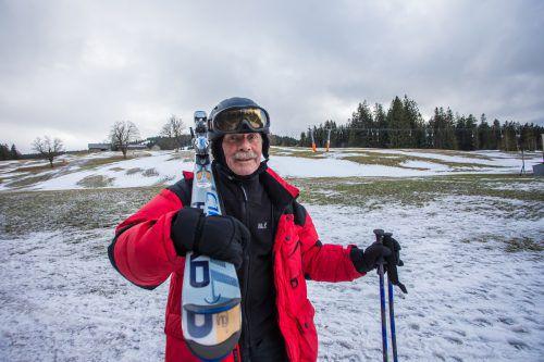 Frust statt Skivergnügen: Tagesgast Hans Nagel packt seine Skier wieder zusammen.VN/Steurer