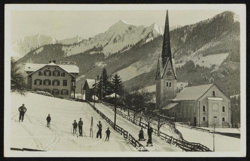 Gasthaus und Kirche bilden das Ortszentrum von Laterns-Thal.