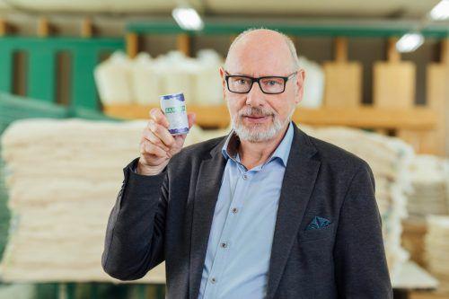 Günther W. Amann mit dem neuen Einschlaf-Drink, der Samina Night heißt.