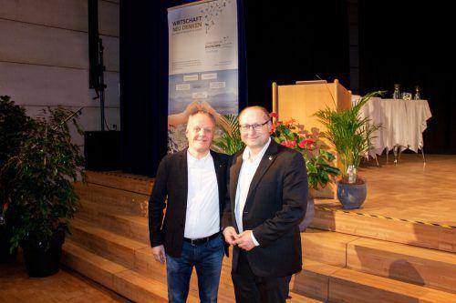 Händler Werner Gunz und Fairtrade-Geschäftsführer Hartwig Kirner. FA