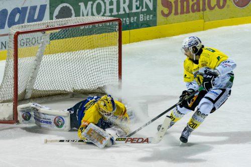 Hohenems-Stürmer Philipp Winzig versucht Kufsteins Torhüter Thomas Hechenberger zu überlisten.Stiplovsek