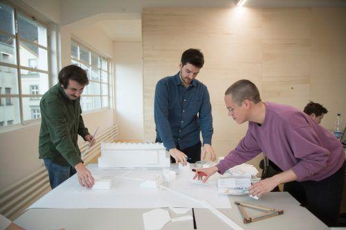 Im Architekturlabor wird an der Gestaltung des Außenbereichs gearbeitet. Fabio (l.) aus Rankweil schätzt den Austausch mit anderen Architekturstudenten.