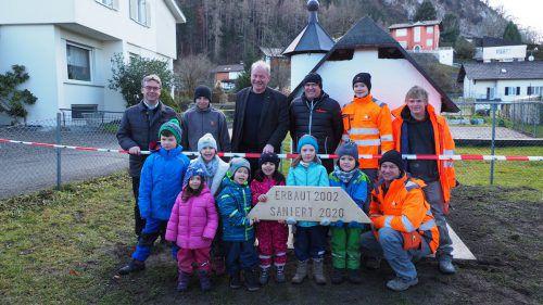 Im Beisein von Bürgermeister Loacker, den beteiligten Firmen Wilhelm+Mayer und Röfix sowie Kindern des Kindergartens wurde das Schlössle wiedereröffnet. EGLE