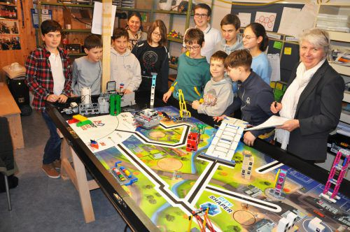 Im Hinblick auf das Europafinale versuchen die Schüler ihren selbst designten Roboter noch zu optimieren. lcf