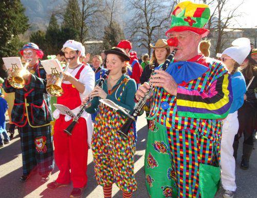In bunten Kostümen sorgten die Musikanten der Hohenemser Bürgermusik für den richtigen Sound.