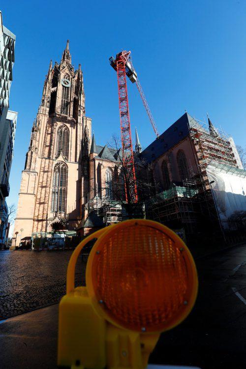 In Frankfurt wurden Teile eines Baukrans in das Dach des Doms gedrückt. RTS