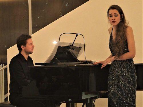 Isabel Pfefferkorn mit Florian Gabele im Foyer des Montforthauses in Feldkirch.ju