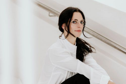 Jennifer Bitsche ist in Sachen Brillen immer am Puls der Zeit und teilt die neuesten Modetrends regelmäßig auf ihrem Blog faceprint.at. Faceprint