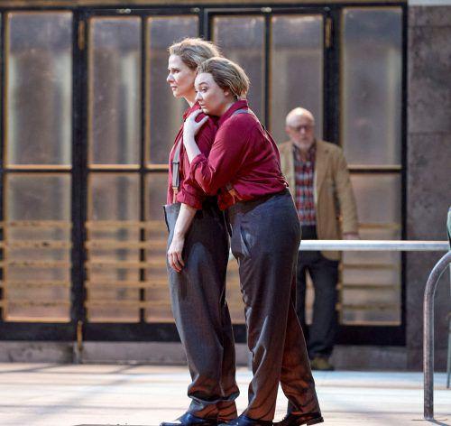Jennifer Davis und Katrin Röver (Leonore), Falk Struckmann (Rocco).oper/Pöhn