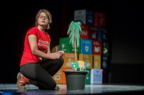 Jugendbotschafterinnen erzählten im Landestheater unter anderem von den Baumpflanzaktionen in Afrika. VN/Paulitsch