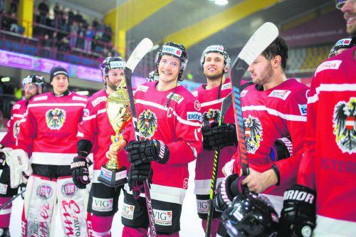 Kapitän Manuel Ganahl präsentiert stolz den Pokal für den Turniersieg beim Österreich Cup in Klagenfurt.gepa