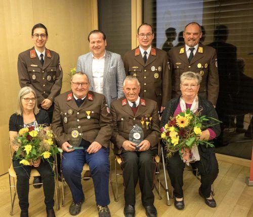 Kdt. Andreas Weber, Bgm. Harald Witwer, Vizekdt. Josef Stark, AFK Günter Walser (hinten) sowie Gitti und Edi Köfler bzw. Ludwig und Anneliese Tschann. OF