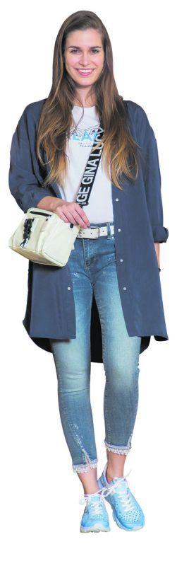 Klassisch blau             Daria präsentiert ein modisches Outfit mit der Farbe des Jahres: Long-Bluse von Bleifrei, 99,90 €, Jeans von Fracomina, 149,90 €, Sneakers von Felmini, 135 €. Passend dazu T-Shirt von Fracomina, 49,90 €, Gürtel, 44,90 € und Tasche (George, Gina & Lucy) 139,90 €. Alles gesehen bei Alton Schuhe - Mode - Sport in Rankweil.               VN/steurer