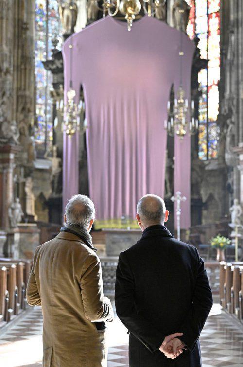 Künstler Erwin Wurm und Dompfarrer Toni Faber betrachten das neue Fastentuch. APA