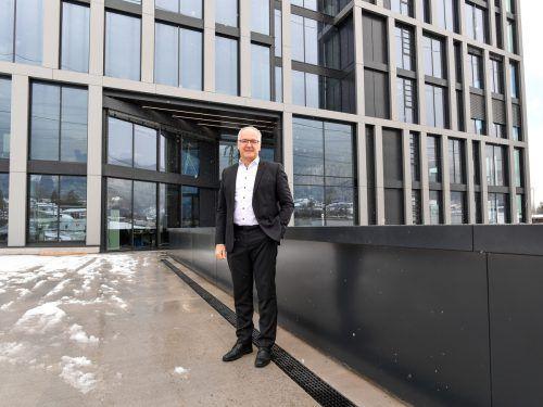 Kürzlich bezog Geschäftsführer Elmar Hartmann mit seinem Team den neuen Firmenstammsitz in Nüziders. VN/LErch