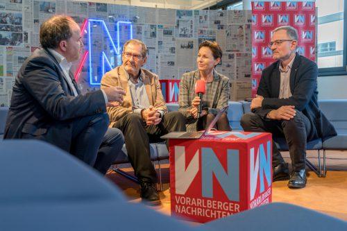 Landesrätin Martina Rüscher mit den beiden Experten Dr. Hans Concin (aks Gesundheit, ganz rechts) und Dr. Armin Fidler (MCI Innsbruck, WHO) mit VN-CR Gerold Riedmann (links).VN/Stiplovsek
