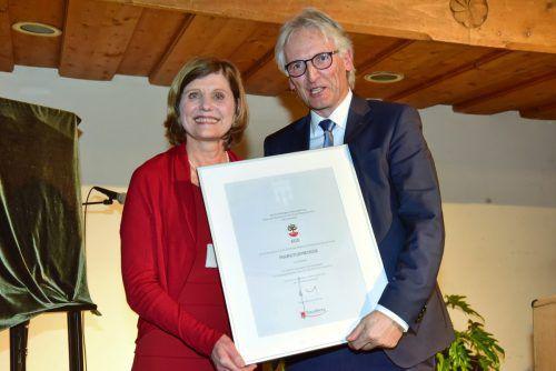 Landesstatthalterin Barbara Schöbi-Fink überreichte die Ernennungsurkunde. Vlk