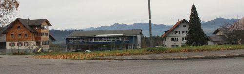 Langen plant ein Großprojekt auf dem Areal zwischen Landesstraße (im Vordergrund) und dem Treffpunkt/Gemeindeamt (im Hintergrund).