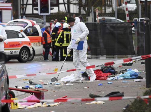 Laut Hessischem Rundfunk berichtete ein Augenzeuge, das Auto sei etwa 30 Meter weit in die Menge gefahren, bis es zum Stehen gekommen sei. AP