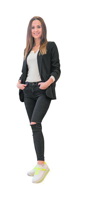 Leuchtend in den Frühling             Lisa (22) aus Dalaas trägt Sneakers von Bugatti (69,95 Euro). Gibt's beiShoe4You in Rankweil. VN/Steurer