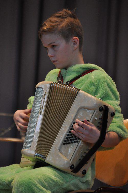 Linus Weinold mit der Ziehharmonika.
