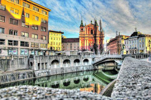 Ljubljanas drei Brücken führen auf den Prešerenplatzmit der Franziskanerkirche. Shutterstock (5)