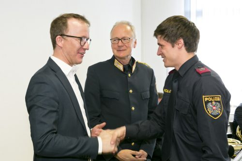 LR Christian Gantner und Polizeichef Hans-Peter Ludescher gratulierten den jungen Polizeibeamten. VLK