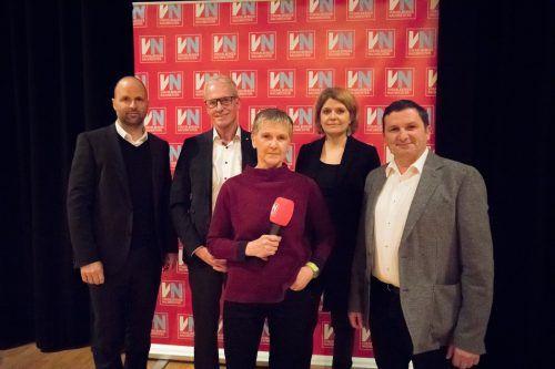 LR Marco Tittler (l.), Bürgermeister Gottfried Brändle, Moderatorin Marlies Mohr (VN) sowie Verkehrsexpertin Andrea Weninger und GR Willi Witzmann.