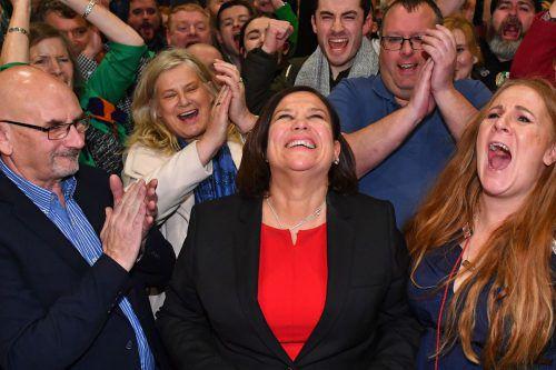 Mary Lou McDonald jubelte, umringt von Parteifreunden, nach Bekanntgabe der ersten Hochrechnungen. AFP