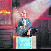 Max Raabe begrüßt das Glück auf seiner neuen Konzerttour