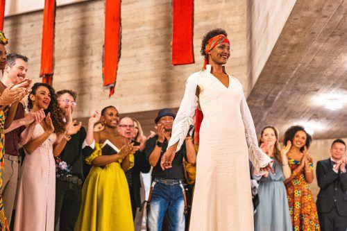 Menschenrechtsaktivistin und Supermodel Waris Dirie mit dem Ensemble beim Schlussapplaus im Theater St. Gallen.Theater/Andoni Lopez