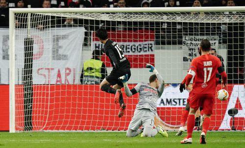 Mit drei Treffern war der Japaner Daichi Kamada, im Bild gegen Cican Stankovic, der Matchwinner.gepa/3