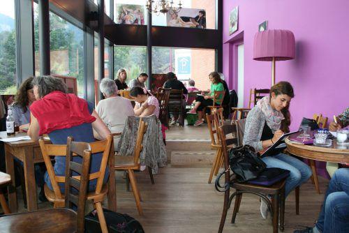 Nicht nur im Kursraum, sondern auch im Café oder in der Natur wird der Kreativität freier Lauf gelassen. Brandt