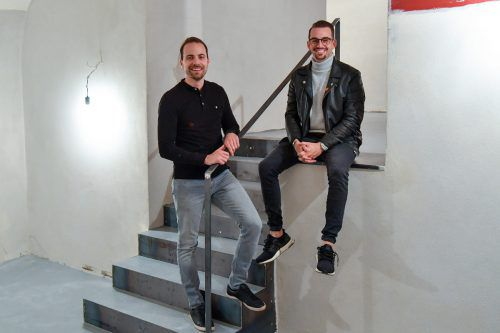 Noch wird renoviert, aber Ende März eröffnen René Gmeiner (31, l.) und Kassian Xander (31) im ehemaligen Bildstein ein neues Burgerlokal. VN/MIH