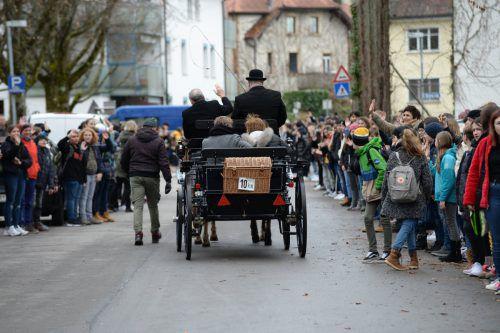 Per Pferdekutsche durch das Sparlier der winkenden Schüler.