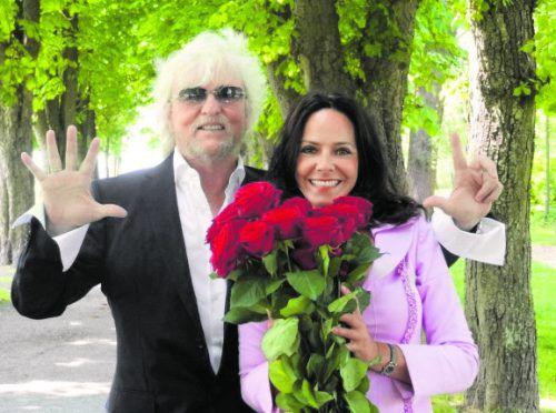 """Reinhold und Beatrix Bilgeris Liebesgeschichte ist filmreif. Sie begann vor 38 Jahren vor der Kamera. """"Damals habe ich für den ORF eine TV-Show gedreht und wir haben uns bei einer kurzen Szene für alle Ewigkeiten verliebt"""", erzählt Reinhold Bilgeri. Vor 31 Jahren haben sich der Rockprofessor und die Schauspielerin das Ja-Wort gegeben und sind bis heute glücklich verliebt. """"Die Verliebtheit kann lange dauern und hat viele süße Facetten, auch im Alter"""", betont der Musiker. Ihr Rezept für eine glückliche Ehe: Sinnlichkeit, Respekt, Toleranz, Gelassenheit und Zärtlichkeit """"bis zum Umfallen"""". """"Liebe bedeutet für mich alles, sie muss radikal sein, sonst geht die Luft aus. Ich würde mich als Glückspilz beschreiben"""", sagt der 69-Jährige, der seiner Geliebten zum Valentinstag Blumen schenkt."""