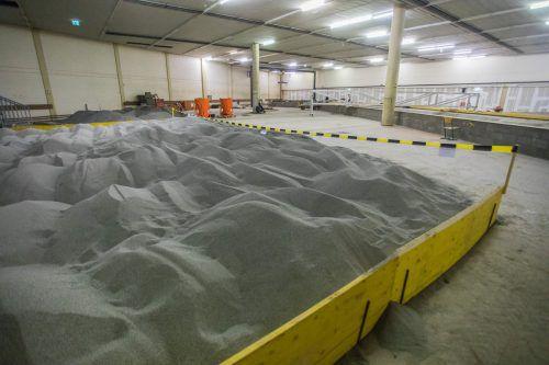 Riesige Sandhaufen warten in der Versuchshalle auf ihre Verwendung.
