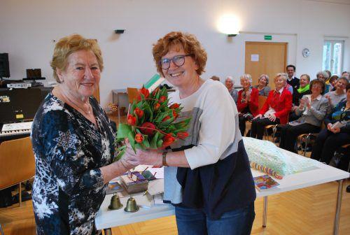 Rosmarie Amon (links) bekam Blumen von SR Marie-Louise Hinterauer.